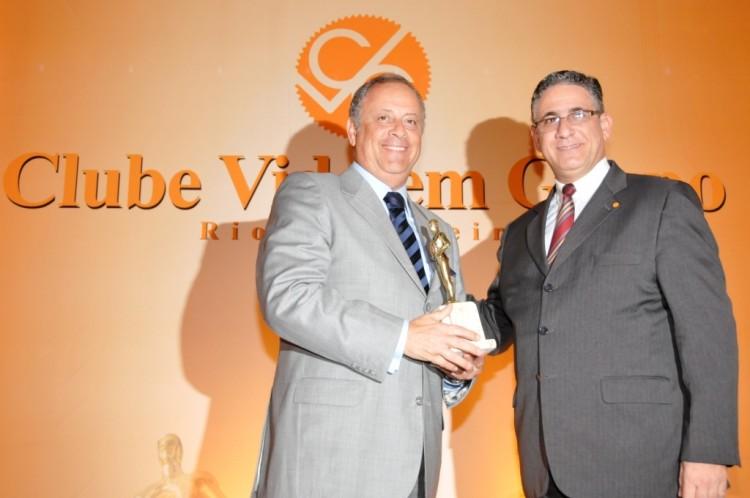 Ernesto Pedroso recebe o troféu na categoria Personalidade Empresarial