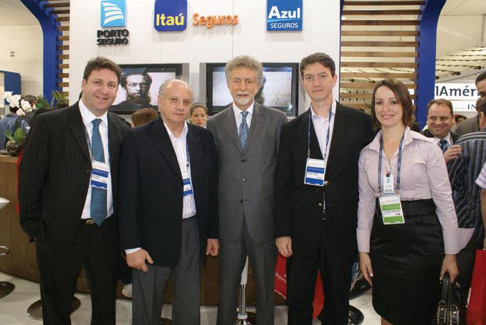 Jayme Garfinkel (centro), com gerentes da Porto Seguro e Itaú Seguros, no estande das empresas