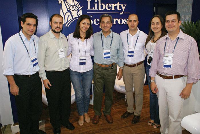 Diretores, gerentes e a equipe de marketing da Liberty Seguros durante a XV Exposeg: estreitando cada vez mais o relacionamento com os corretores de seguros
